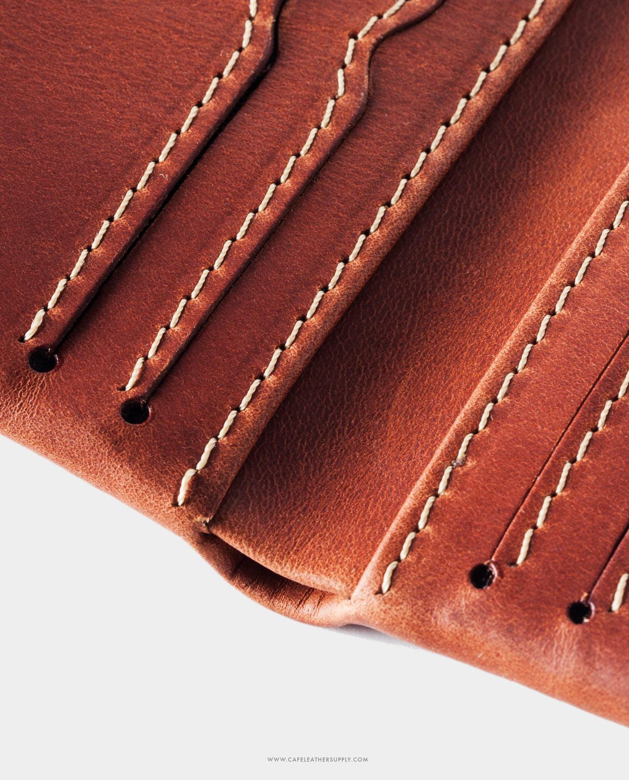 Detalle de costura de la cartera de piel costa rica roasted. Thread detail.