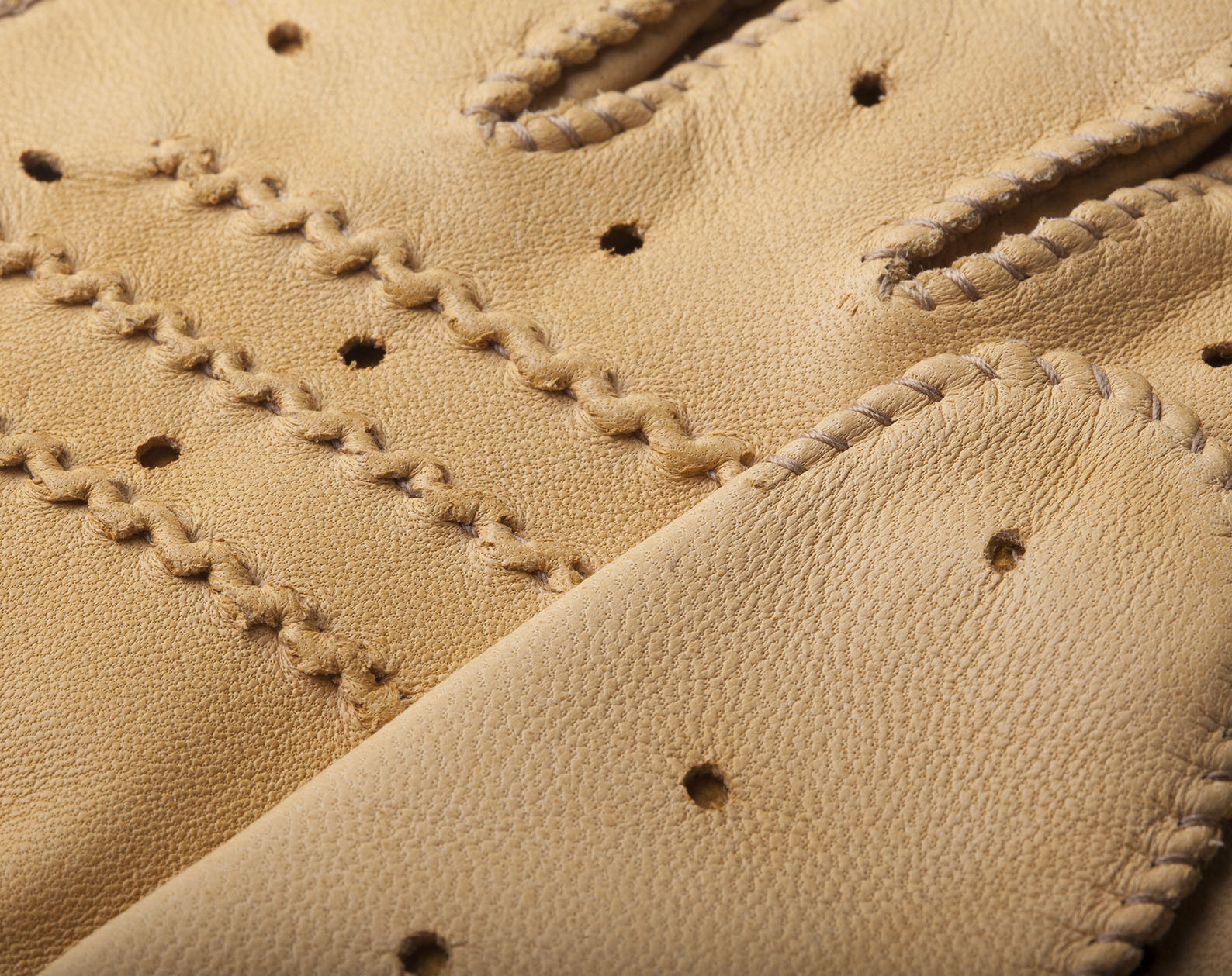leather-driving-gloves-triton-cream-detail-2