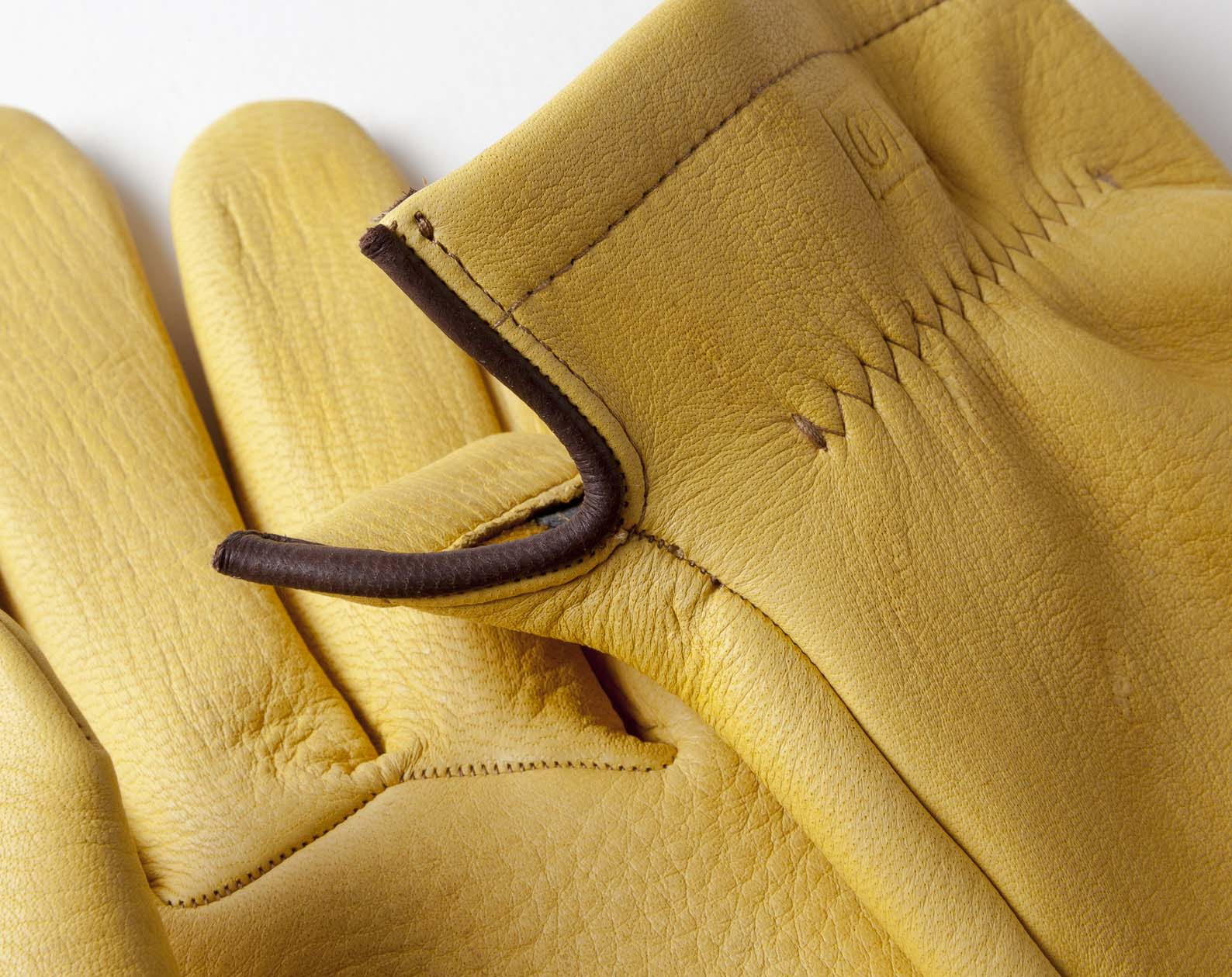 deerskin gloves handcrafted in Spain with special atention to details